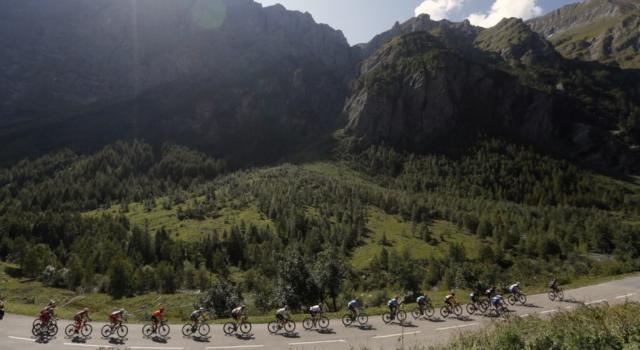 Tour de France 2021, il percorso a confronto con il Giro d'Italia. Più chilometri a cronometro, meno arrivi in alta quota