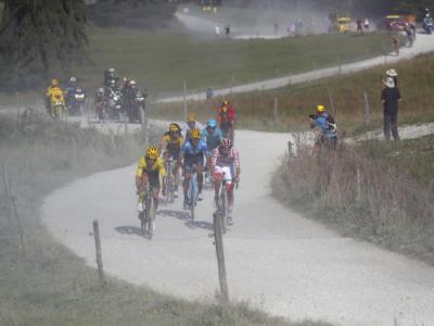VIDEO Tour de France, highlights 18ma tappa: Kwiatkowski vince abbracciato a Carapaz, Roglic sempre più in giallo