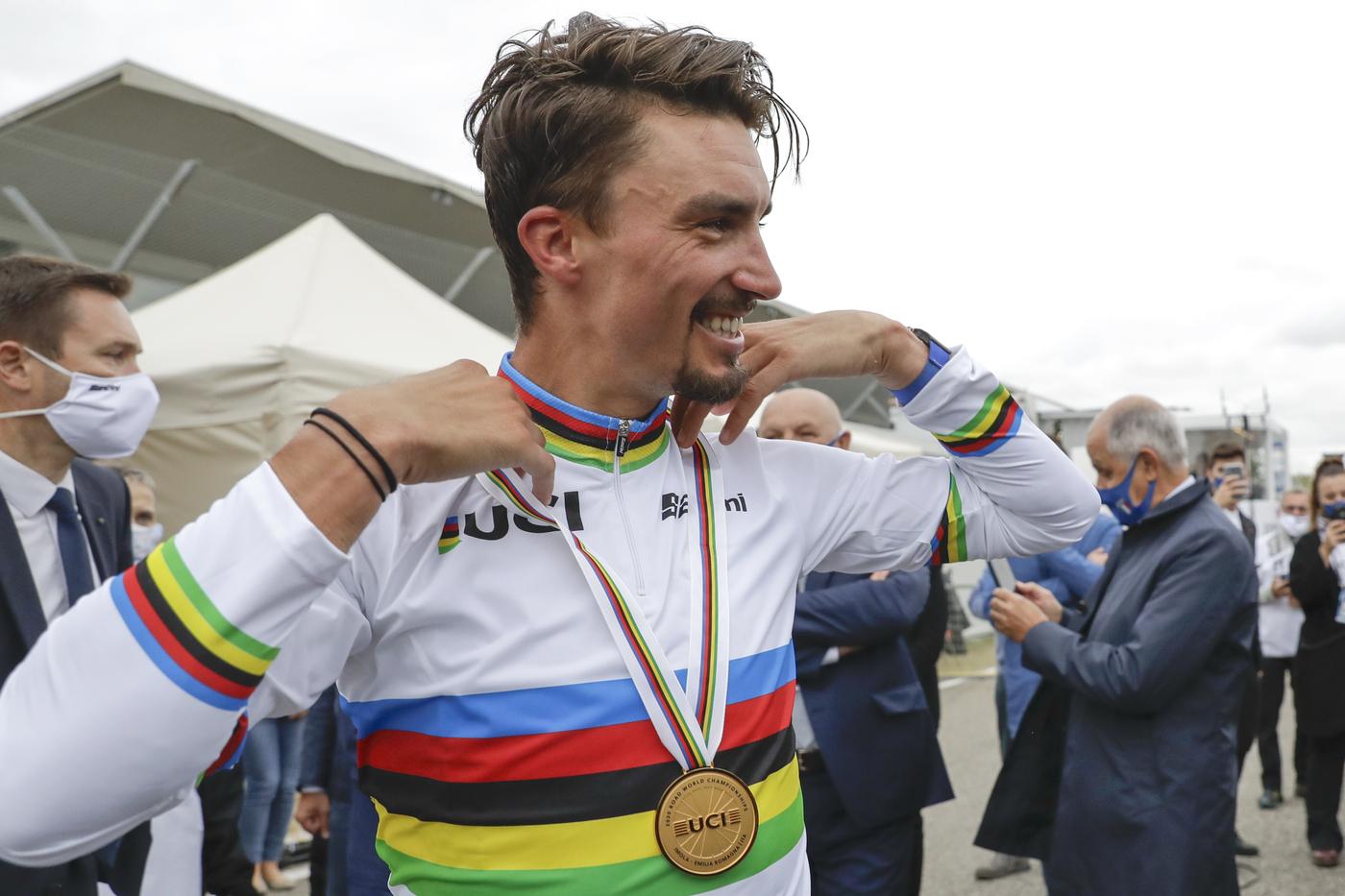 """Ciclismo, Julian Alaphilippe: """"L'operazione alla mano è andata bene. Ora devo riposarmi, ma penso già al mio ritorno"""""""