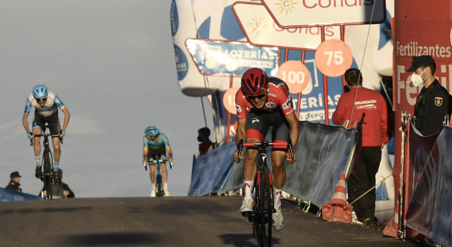 VIDEO Giro di Svizzera 2021, Richard Carapaz padrone: vince la quarta tappa in salita. Highlights e sintesi
