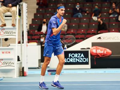 Tennis, Lorenzo Sonego sconfigge Novak Djokovic: tutte le vittorie degli italiani contro i n.1 del mondo