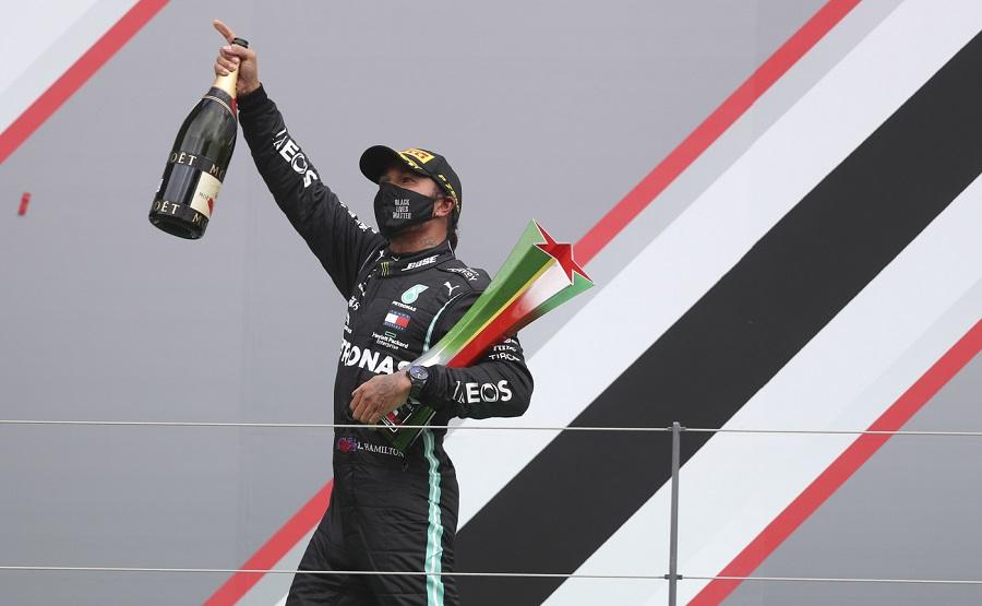 F1, Lewis Hamilton batte il record di Michael Schumacher e si avvicina al settimo Mondiale. Ma nel cuore della gente…