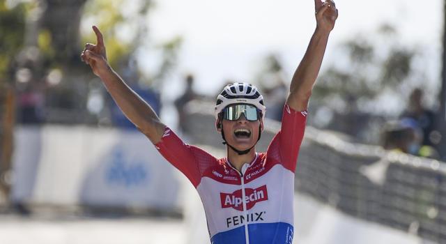 Giro delle Fiandre 2020: Mathieu van der Poel beffa Wout van Aert per pochi centimetri! Brutta caduta per Alaphilippe