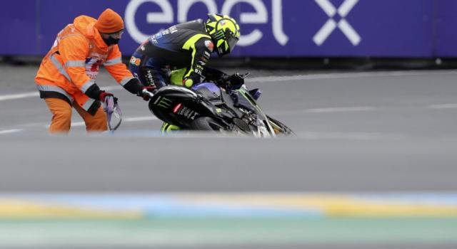 VIDEO Valentino Rossi, la caduta nel GP di Francia. La pioggia tradisce il Dottore