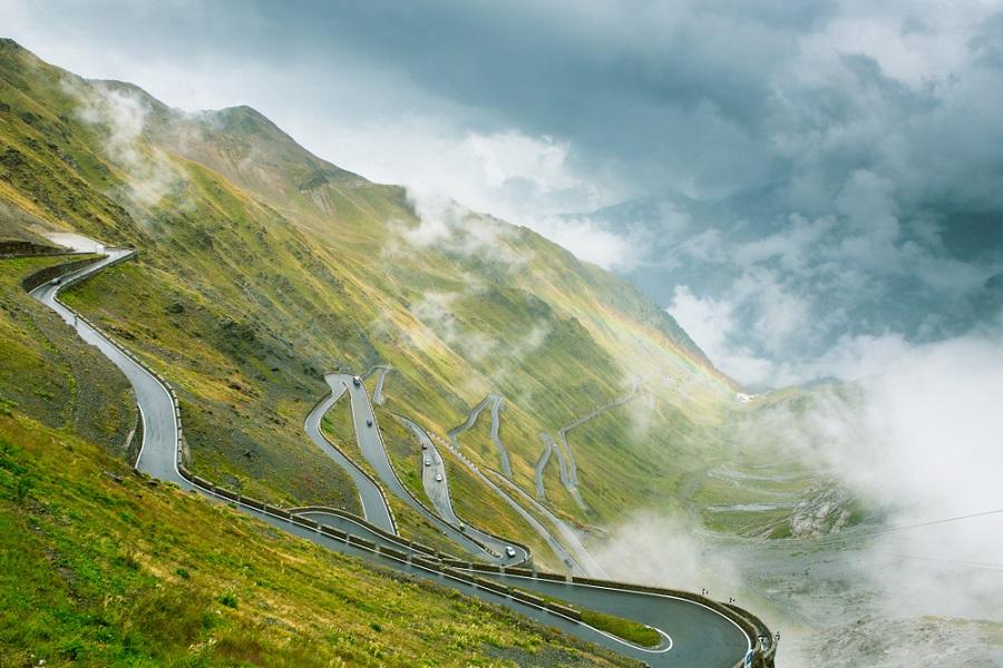 DIRETTA Giro d'Italia 2020, la tappa di oggi LIVE: il gruppo tiene a bada la fuga, a breve lo Stelvio!