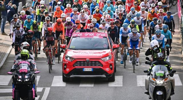 Giro d'Italia 2020: clamorosa protesta dei corridori. Tappa ridotta e primi 100 km in pullman