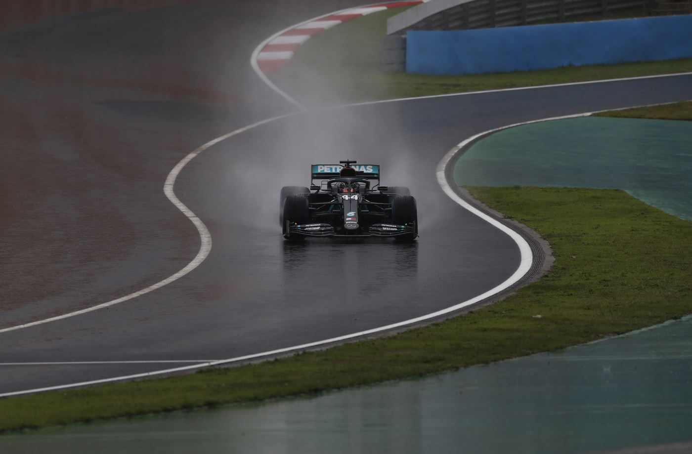 Lewis Hamilton positivo al Covid-19, il campione del mondo di F1 salterà la gara in Sakhir