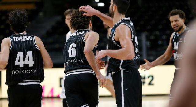Basket, Serie A 2020-2021: la Virtus Bologna schianta la Fortitudo nel derby grazie a un ultimo quarto strepitoso