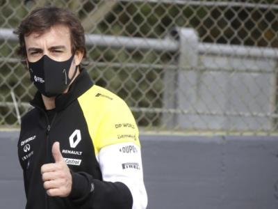 VIDEO F1, Alonso non molla mai: un altro giro ad Abu Dhabi con la Renault del 2005