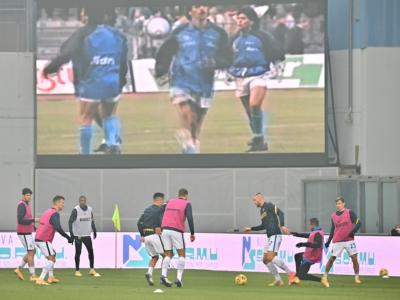 Calcio, il Napoli giocherà contro la Roma indossando una maglia speciale in stile 'Argentina' per onorare Maradona