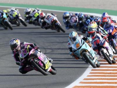Moto3, Albert Arenas parte forte a Portimao e mette pressione ad Arbolino ed Ogura per il Mondiale