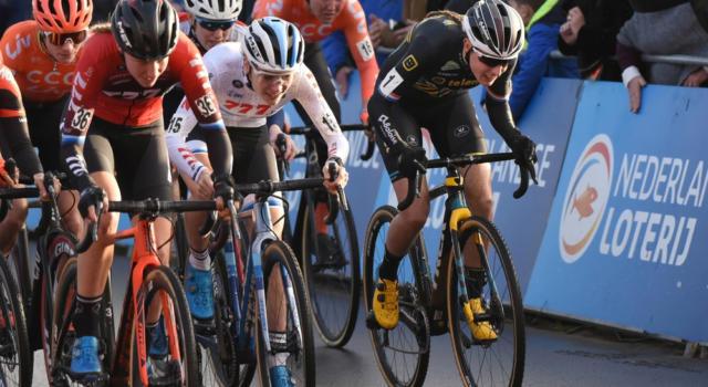 Ciclismo, Yara Kastelijn si è fratturata il gomito nella caduta che l'ha coinvolta al Giro delle Fiandre