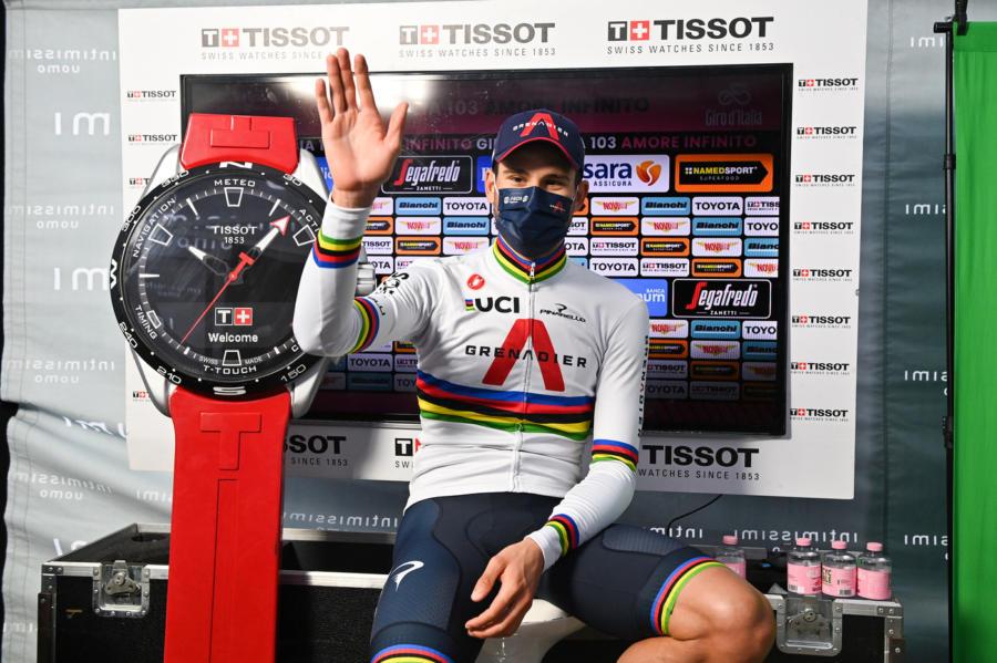 Ganna vince la crono di Torino e indossa la maglia rosa
