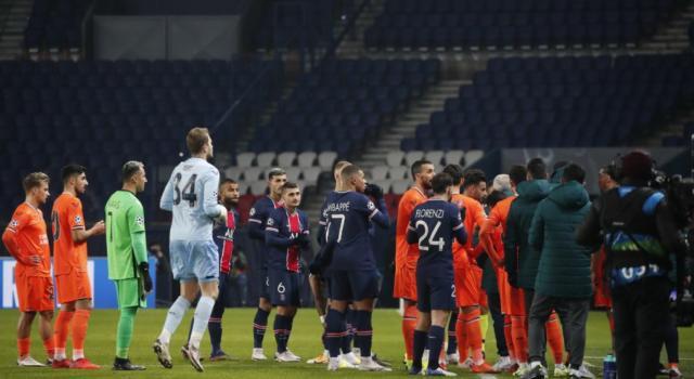 Cosa ha detto l'arbitro in Psg-Basaksehir? L'espressione 'negru' ha scatenato le ire dei giocatori