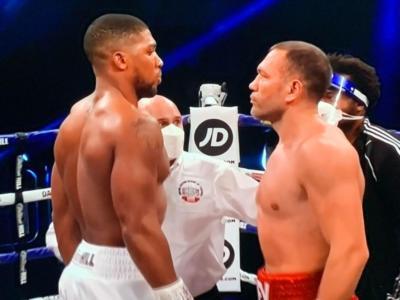 Anthony Joshua demolisce Pulev e lo mette KO al 9° round con un destro spaventoso: si conferma re dei massimi