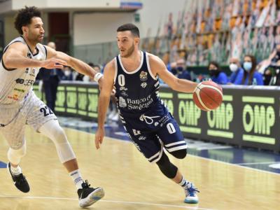 Basket, la Dinamo Sassari rimonta e batte Brescia nel lunch match della 13ª giornata di Serie A