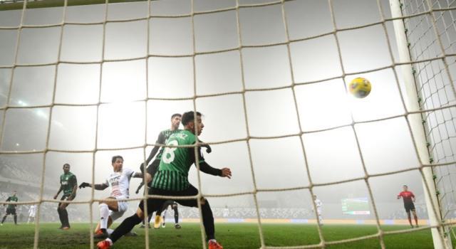 Calcio, Sassuolo-Benevento 1-0: emiliani di rigore con Berardi, i giallo-rossi non sfruttano il vantaggio numerico