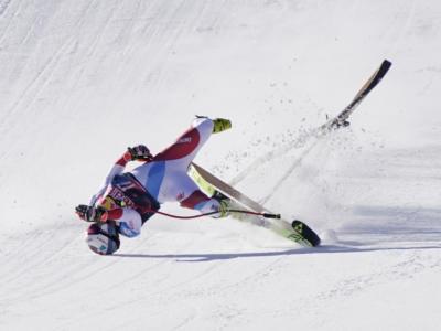 VIDEO Caduta Urs Kryenbuehl: terribile botta sul salto finale a Kitzbuehel, l'austriaco picchia la testa