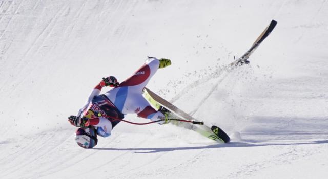 VIDEO Caduta Urs Kryenbuehl: terribile botta sul salto finale a Kitzbuehel, lo svizzero picchia la testa