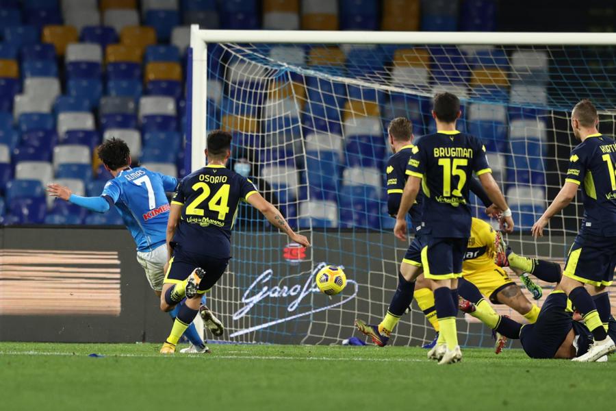 VIDEO  Napoli spettacolo, la Lazio si sveglia tardi. Gattuso a  2 dalla Juve. Tutti i gol della gara
