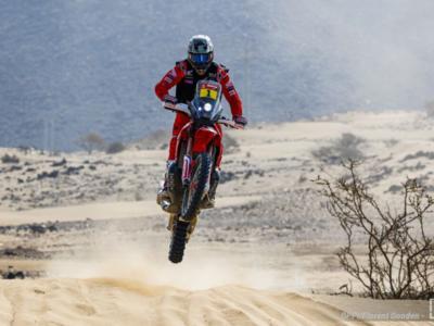 Dakar 2021, Ricky Brabec vince tra le moto. Classifica ribaltata: Cornejo Florimo cade e si ritira, Benavides leader