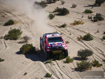 Dakar 2021, Nasser Al-Attiyah si impone in rimonta nella seconda tappa tra le auto. 2° Peterhansel, 3° Sainz