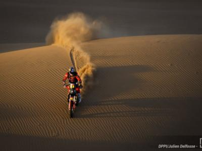 Dakar 2021, Toby Price vince la terza tappa tra le moto e si rilancia in classifica. Howes nuovo leader