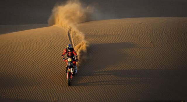Dakar 2021, Toby Price vince la terza tappa tra le moto e si rilancia in classifica. Howes nuovo leader