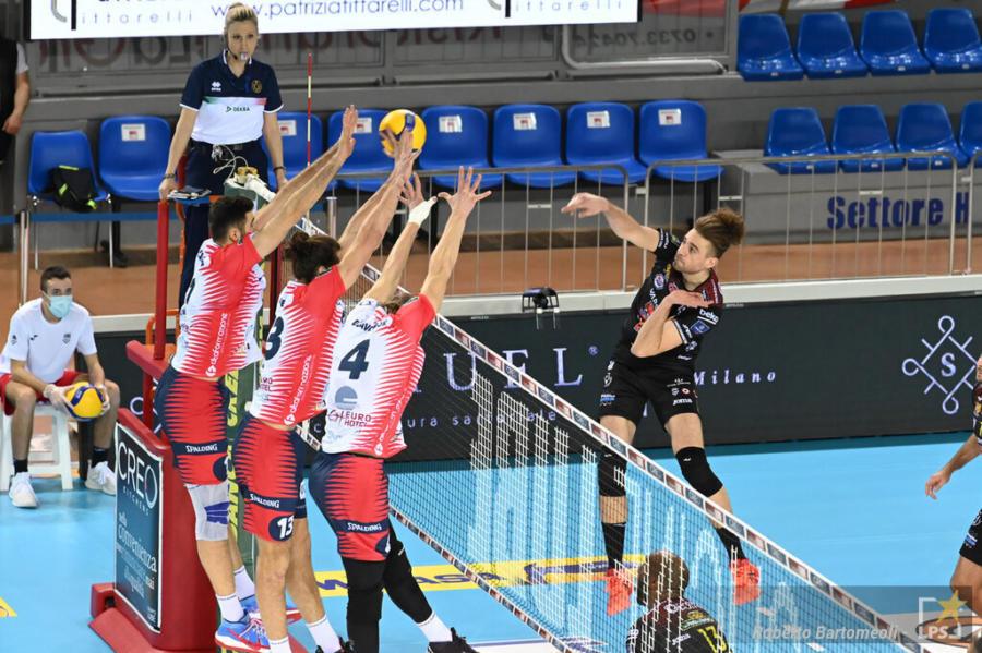 Volley, SuperLega: Civitanova suda e batte Monza,  3 dalla capolista Perugia. Tutto aperto. Milano schiaccia Modena 3 2