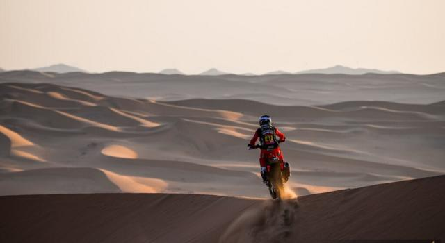 Dakar 2021, Stephane Peterhansel firma una nuova impresa, Kevin Benavides trionfa tra le moto