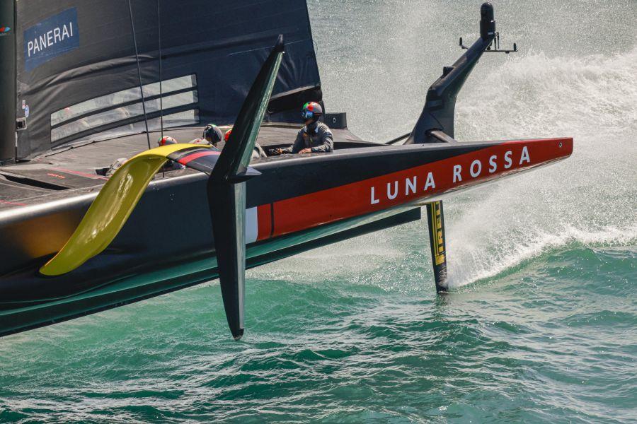 Prada Cup, Luna Rossa è maga del vento: poca brezza e vuoti di Eolo, la barca italiana è protagonista. E nella tempesta…