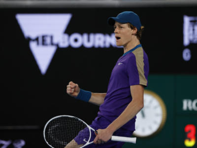 ATP Montpellier 2021, Jannik Sinner eliminato al primo turno. L'azzurro cede in tre set ad Aljaz Bedene