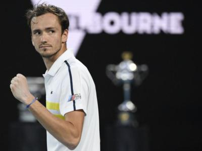 Australian Open 2021: Daniil Medvedev raggiunge Novak Djokovic in finale. Stefanos Tsitsipas sconfitto in tre set