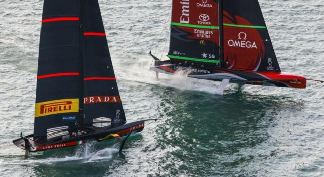 America's Cup, Luna Rossa vs Team New Zealand: testa a testa in acqua, la battaglia ha inizio – FOTO
