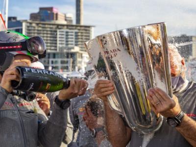 VIDEO Luna Rossa, la premiazione sul podio con la Prada Cup e il tributo dei maori
