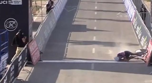 VIDEO Antonio Tiberi scivola sulla sabbia all'UAE Tour. Brutta caduta all'arrivo