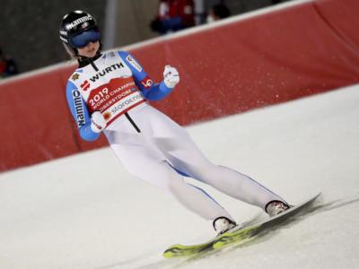 Salto con gli sci femminile, Maren Lundby vince la medaglia d'oro su trampolino grande ai Mondiali. Sul podio Takanashi e Kriznar