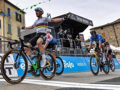 """LIVE Tirreno-Adriatico, Terza tappa in DIRETTA: Van der Poel batte Van Aert e Ballerini. """"Non ho sbagliato niente"""""""