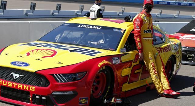 NASCAR, Joey Logano svetta a Bristol tra la terra e la polvere