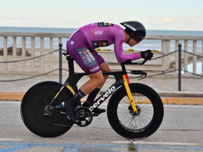 Tirreno-Adriatico 2021: Filippo Ganna sconfitto a cronometro, vince Wout van Aert. Corsa a Tadej Pogacar