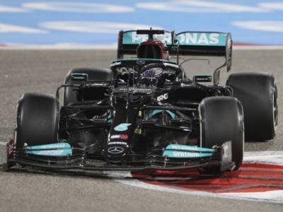 F1, Lewis Hamilton batte Verstappen in volata nel GP del Bahrain. 6° Leclerc, 8° Sainz