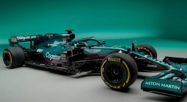 F1, Sebastian Vettel prova l'Aston Martin a Silverstone in condizioni da bagnato