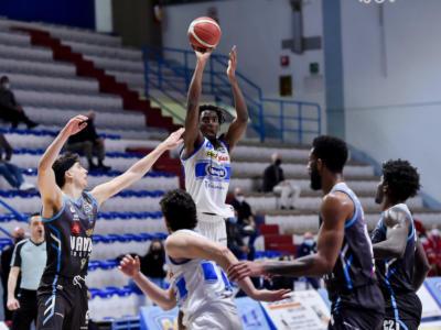VIDEO Basket: Nicola Akele ha l'ultima parola, Treviso espugna Cremona
