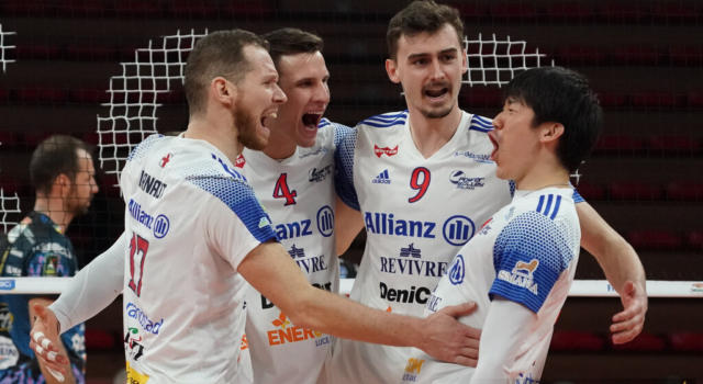 Volley, play-off Superlega quarti. Milano fa il colpaccio in rimonta a Perugia (2-3). Trento si salva al tie break con Piacenza