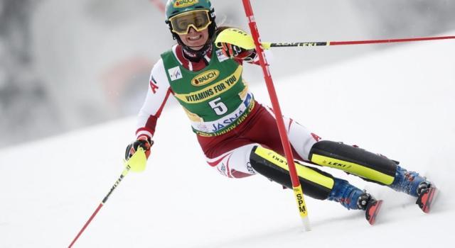 Sci alpino, Liensberger vicina alla Coppa di slalom. Vlhova distante nella prima manche a Lenzerheide