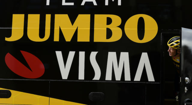 Ciclismo, Jumbo-Visma: aperto un sondaggio sulla maglia di Roglic e compagni per il Tour de France
