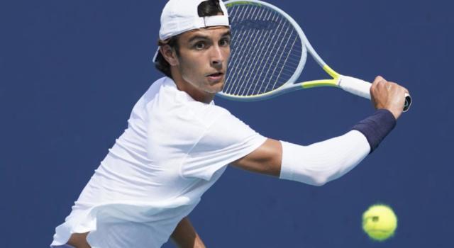 ATP Cagliari 2021, Lorenzo Musetti strabordante! Domina Dennis Novak e va al secondo turno!