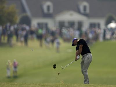 VIDEO Golf, Masters Augusta 2021: Rory McIlroy sbaglia e colpisce il padre