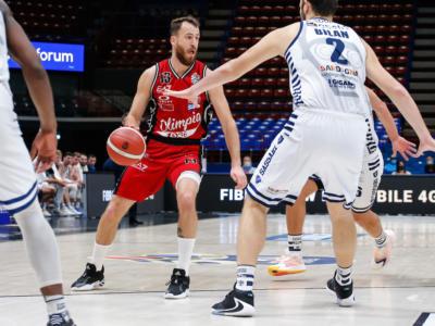 Basket, Serie A 2021: il turno infrasettimanale. Big match Sassari-Milano, Brindisi di scena a Pesaro