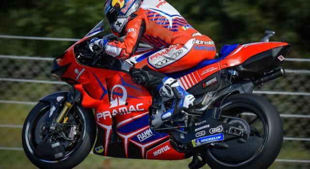 """MotoGP, GP Portogallo 2021: brutta caduta nelle prove libere per Jorge Martin che salterà la gara. """"Sospette fratture a mano e piede"""""""